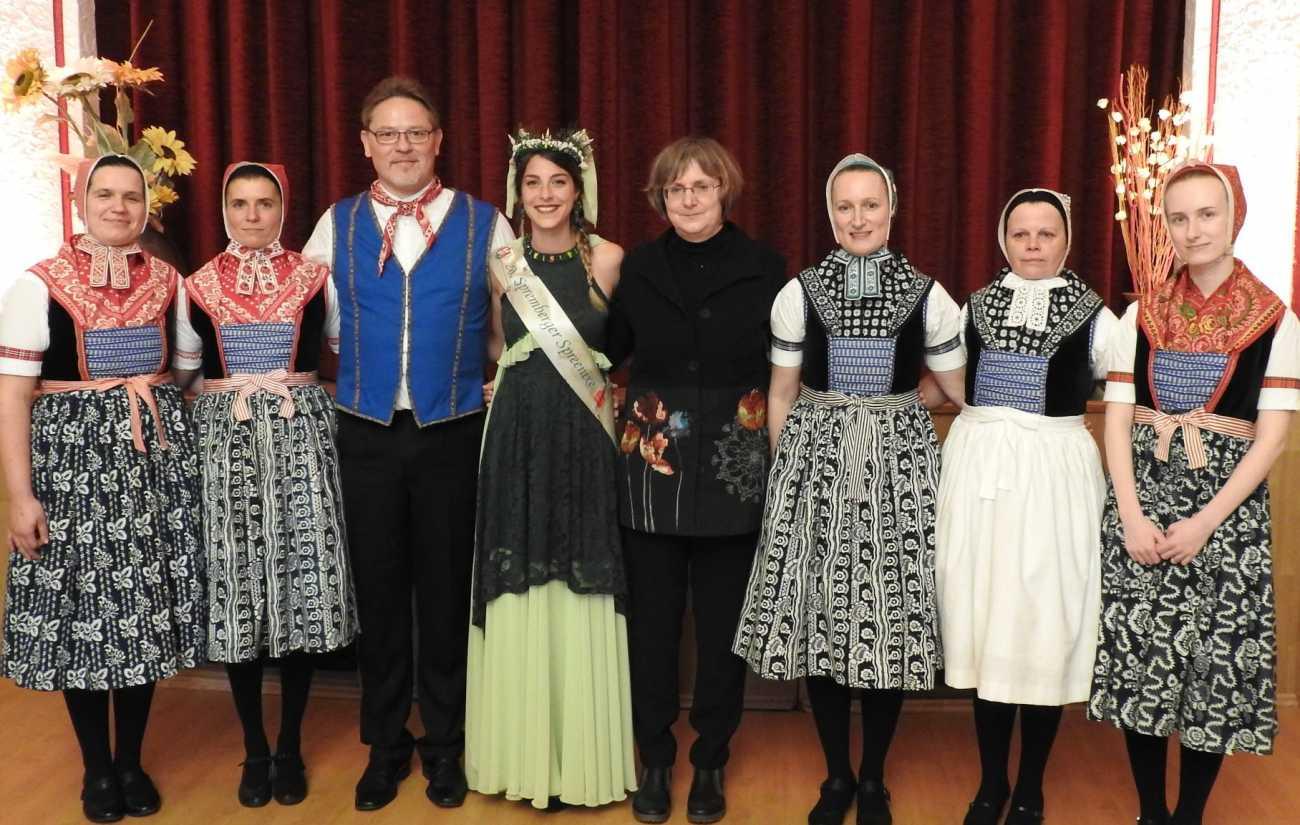 Die Musik- und Gesangsgruppe Kólesko gestaltete am vergangenen Sonntag das Herbstkonzert in Spremberg. Den Mitgliedern dankte unter anderem die Spree-Nixe Cindy Ahne.